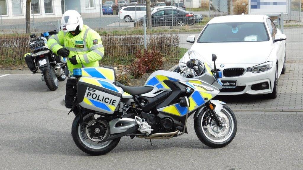 policie-motorka