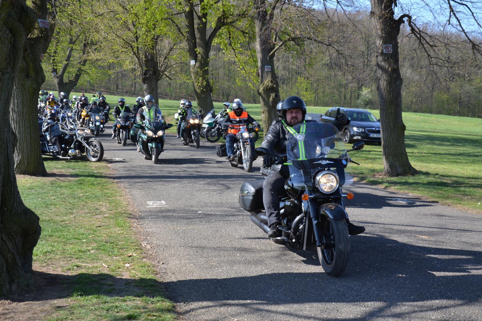 2019-04-20-zacneme-spolu-aneb-kolama-dolu-motorky-policie- (6)