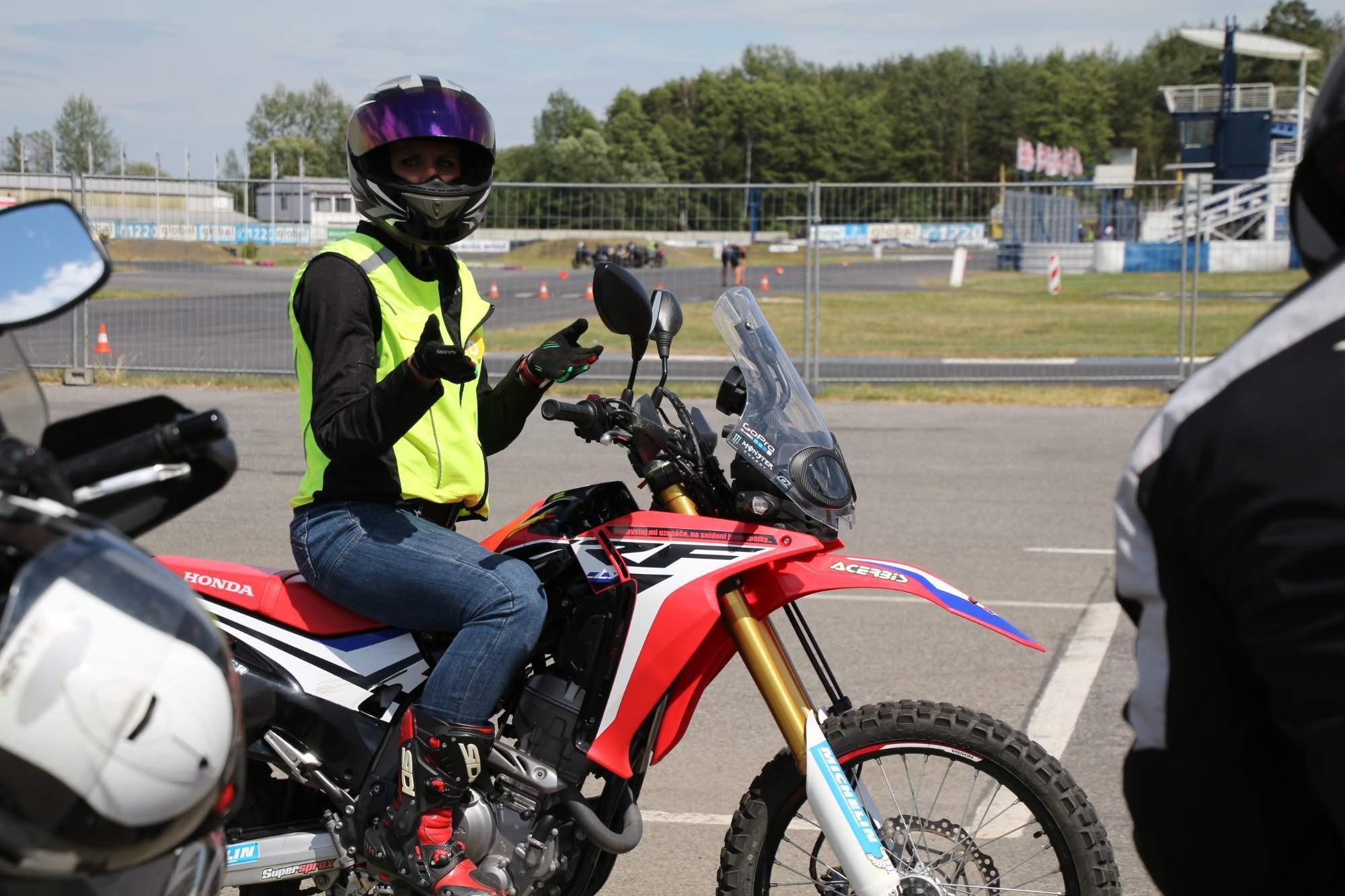 Motorkáři musí myslet na to, že je nechrání karoserie