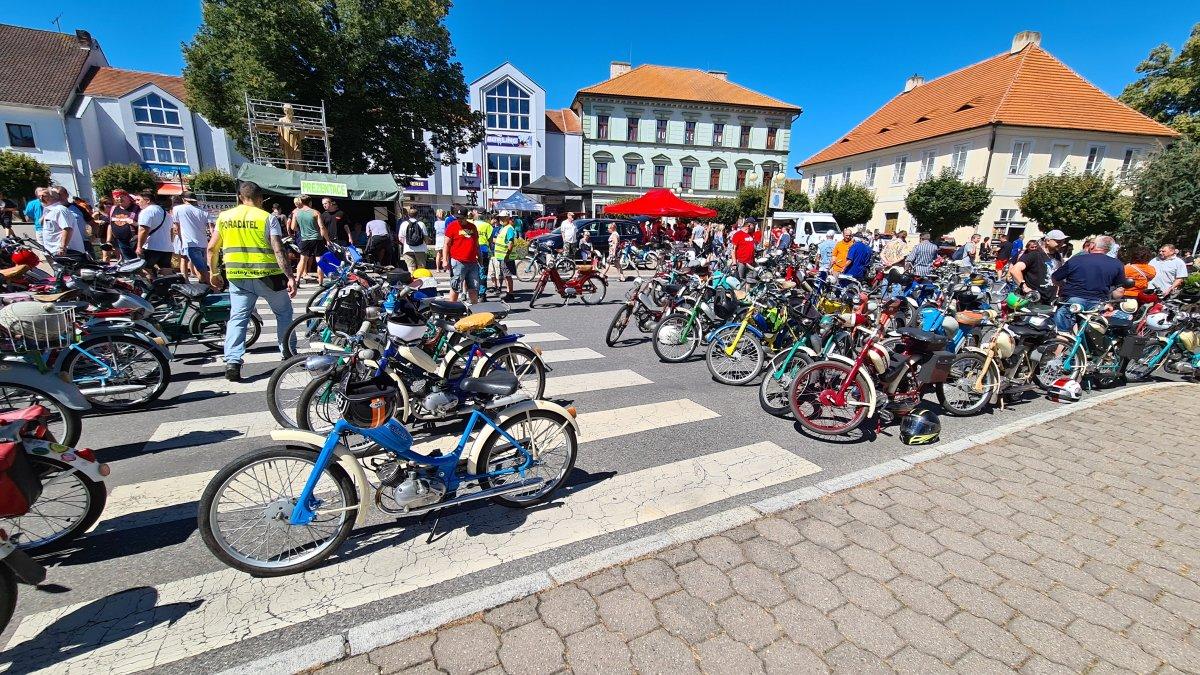 Podívejte se na stovky mopedů při spanilé jízdě v Žebráku [foto + video]