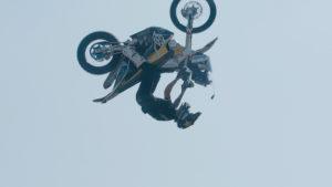 Podmol skočil salto na motorce pro Dakar