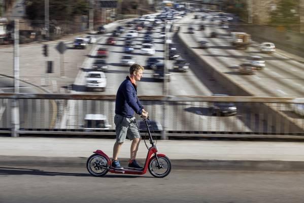 Automobilka MINI představuje koncept elektrické koloběžky MINI Citysurfer Concept – foto + video